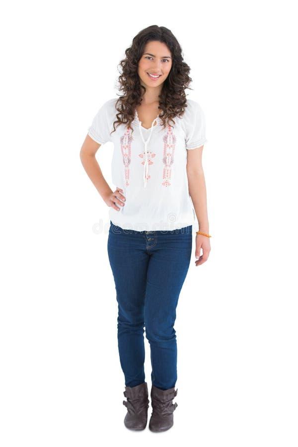 Morena atrativa alegre que veste o levantamento da roupa ocasional imagens de stock royalty free