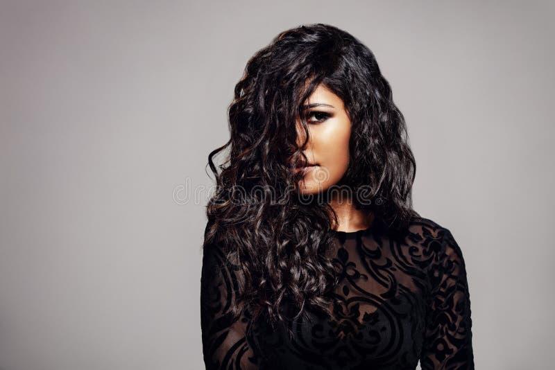 Morena atrativa com cabelo encaracolado brilhante foto de stock royalty free