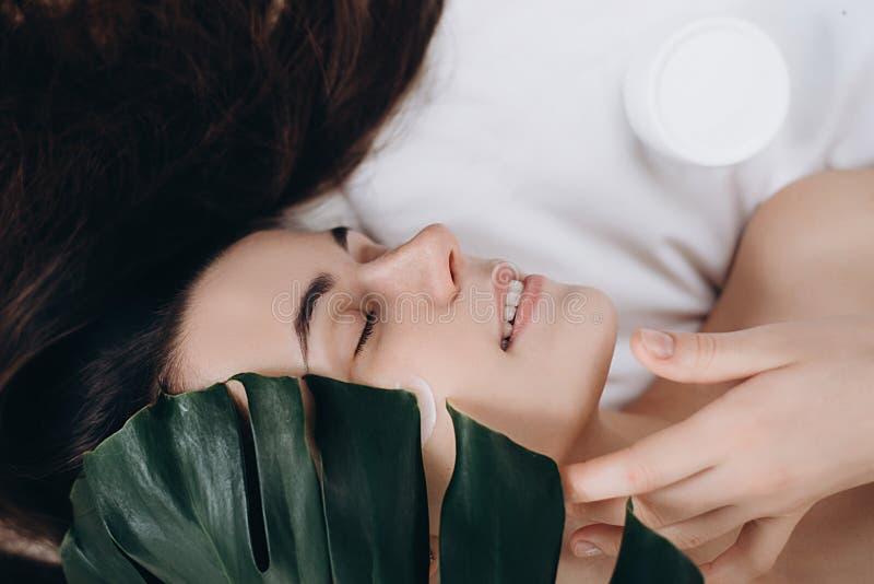 Morena bonita com aparência atrativa Os termas dos cuidados com a pele relaxam o conceito foto de stock