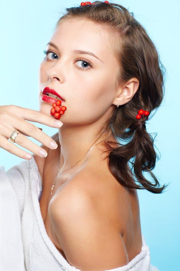 Morena bonita com ashberries foto de stock royalty free