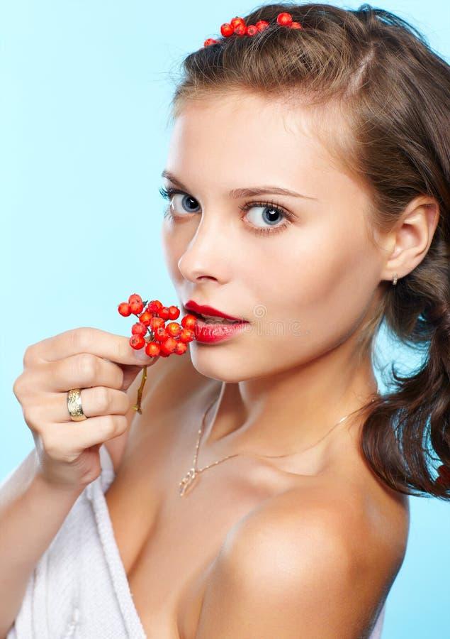 Morena bonita com ashberries foto de stock