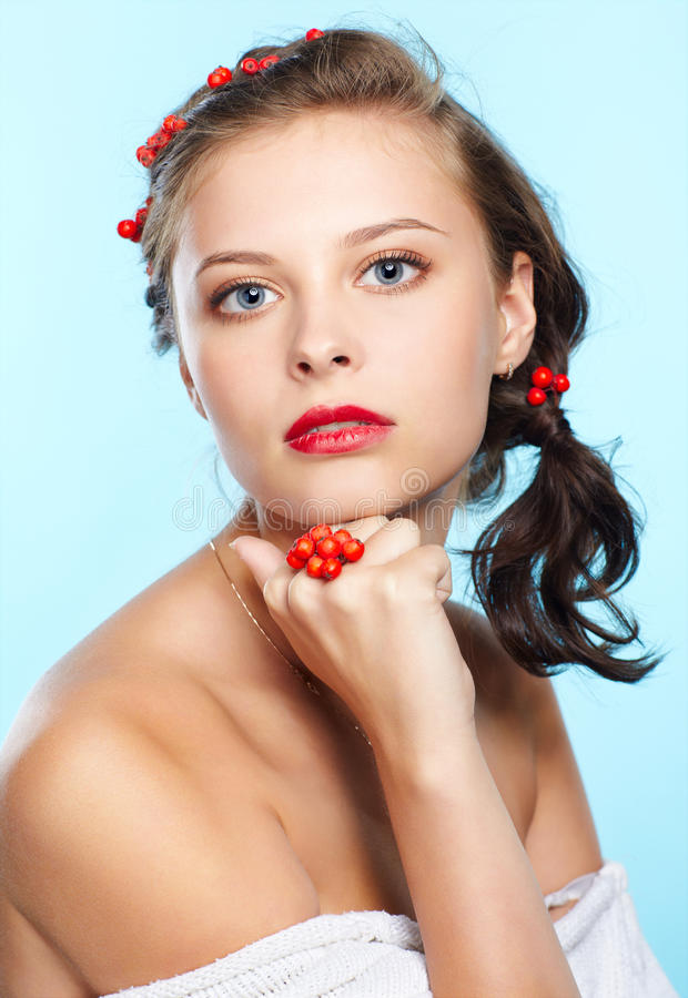 Morena bonita com ashberries fotografia de stock royalty free