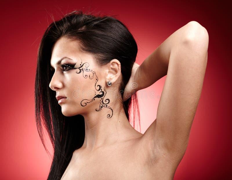 Morena bonita com tatuagem facial fotos de stock royalty free