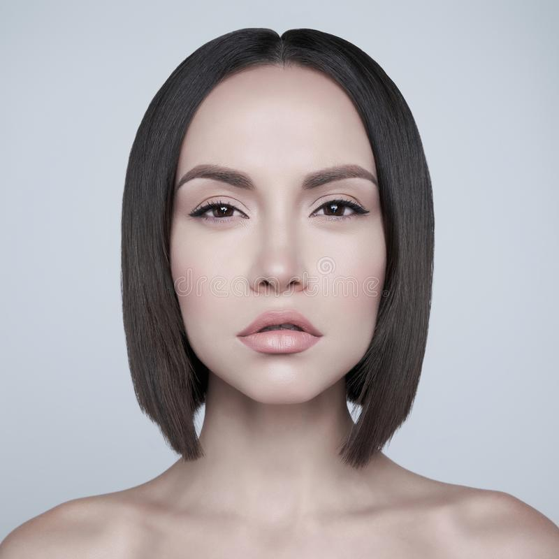 Morena bonita da forma com corte de cabelo curto Retrato do est?dio fotografia de stock