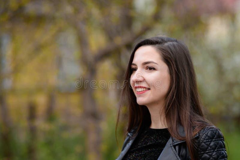 Morena bonita em um revestimento preto e em um close-up vermelho dos bordos Close up do retrato da forma do estilo da rua de uma  imagem de stock royalty free