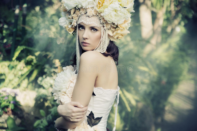 Morena bonita na floresta tropical foto de stock royalty free