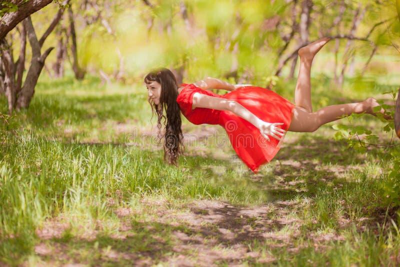 Morena bonita na natureza dentro fotos de stock royalty free