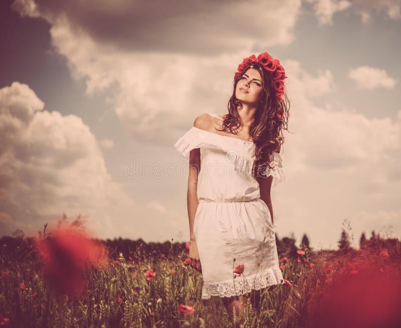 Morena bonita no campo de flor fotos de stock