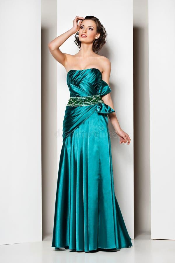 Morena bonita nova no vestido verde no branco imagem de stock royalty free