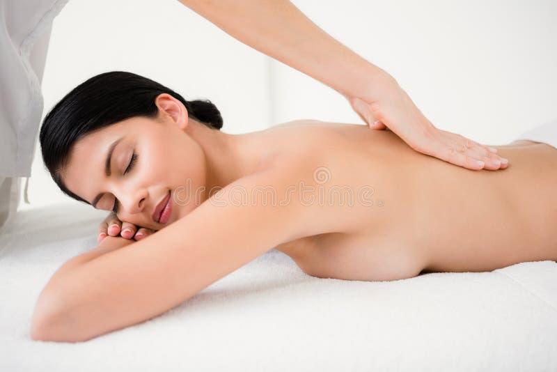 Morena bonita que aprecia uma massagem imagem de stock