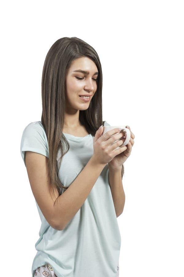 Morena bonita que guarda uma xícara de café, isolada fotografia de stock royalty free