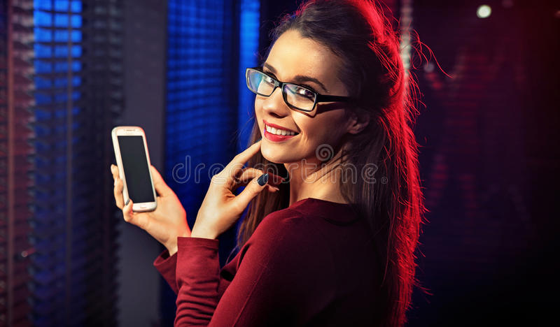 Morena bonita que toma um selfie imagem de stock