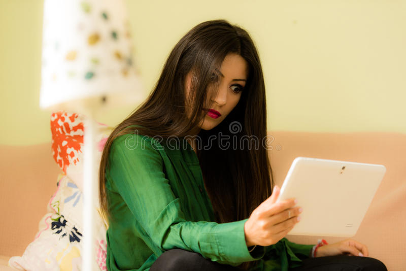 A morena bonita vestiu-se no smartphone de vista verde fotografia de stock royalty free