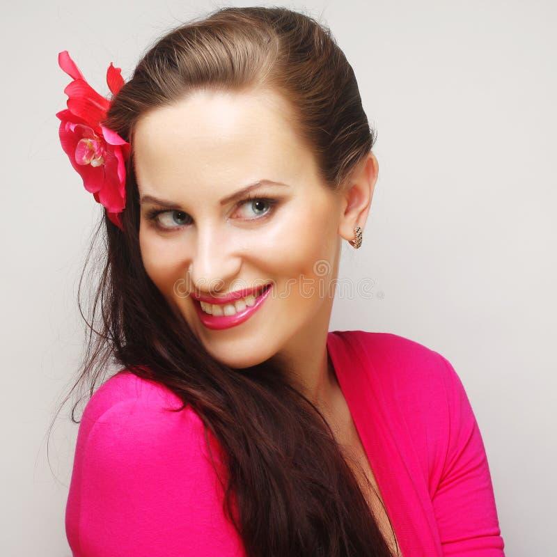 Morena com cabelo longo no sorriso feliz do desgaste cor-de-rosa imagem de stock royalty free