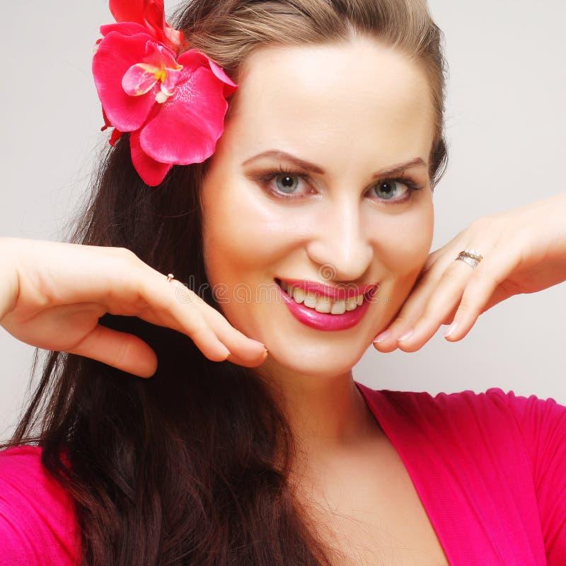 Morena com cabelo longo no sorriso feliz do desgaste cor-de-rosa fotografia de stock