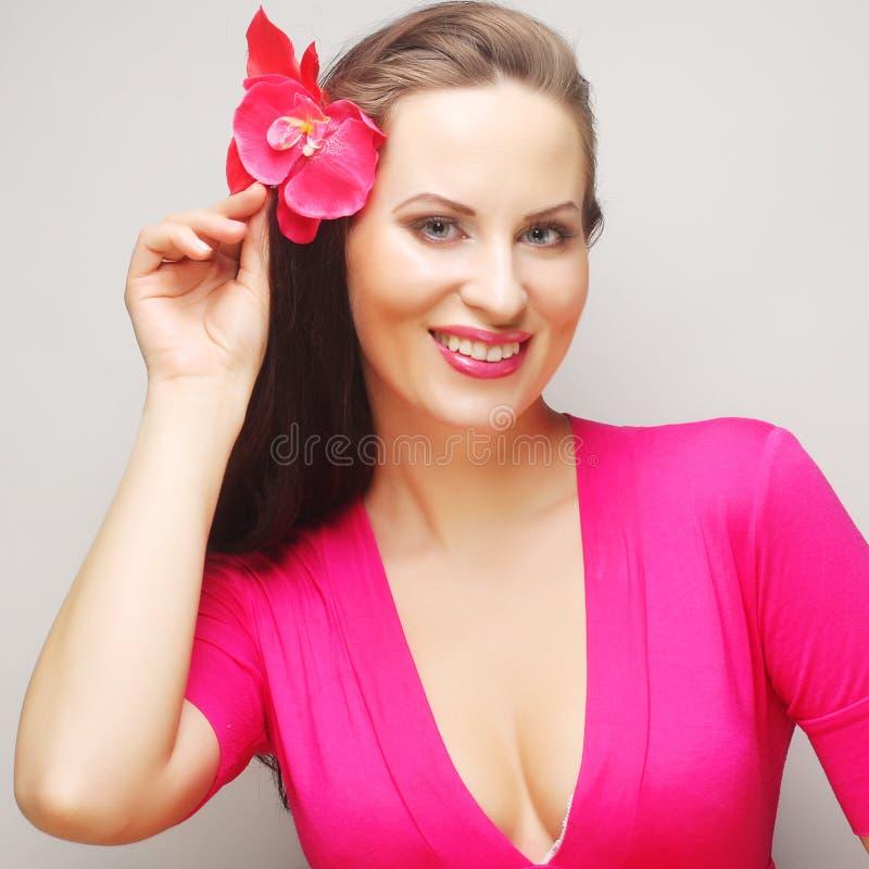Morena com cabelo longo no sorriso feliz do desgaste cor-de-rosa fotos de stock royalty free