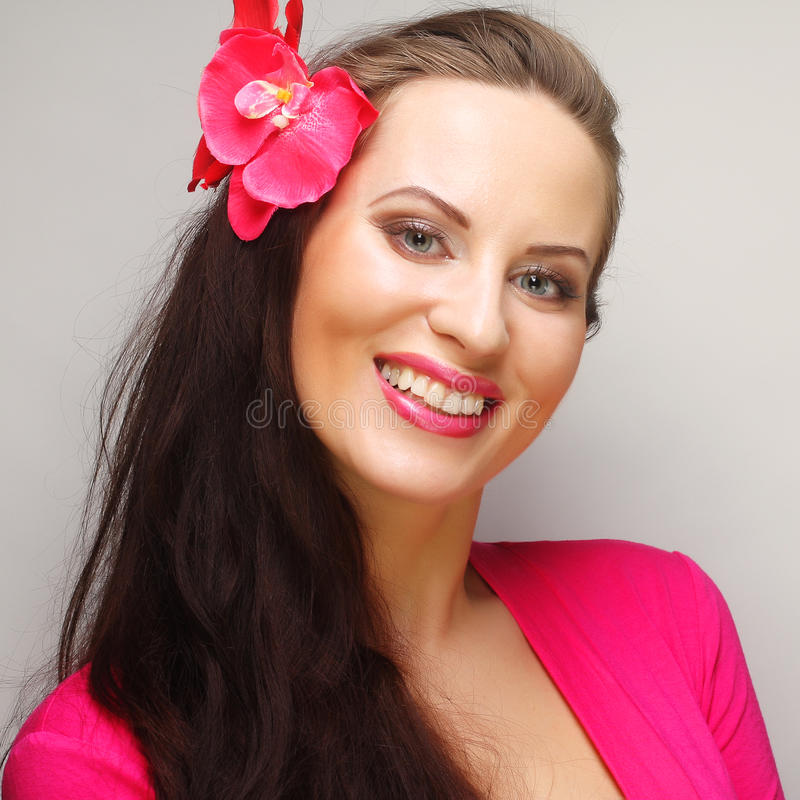 Morena com cabelo longo no sorriso feliz do desgaste cor-de-rosa foto de stock