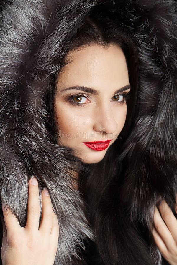 Morena com o cabelo bonito longo, vestido em um revestimento Rapariga fresca Composição profissional Tema do inverno Bordos verme imagem de stock royalty free