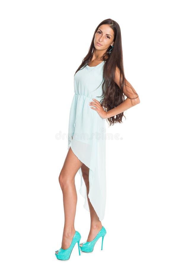 Morena consideravelmente magro em uma luz - vestido azul imagens de stock royalty free