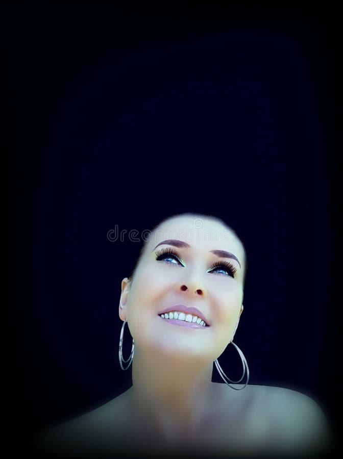 Morena de sorriso no fundo preto imagens de stock