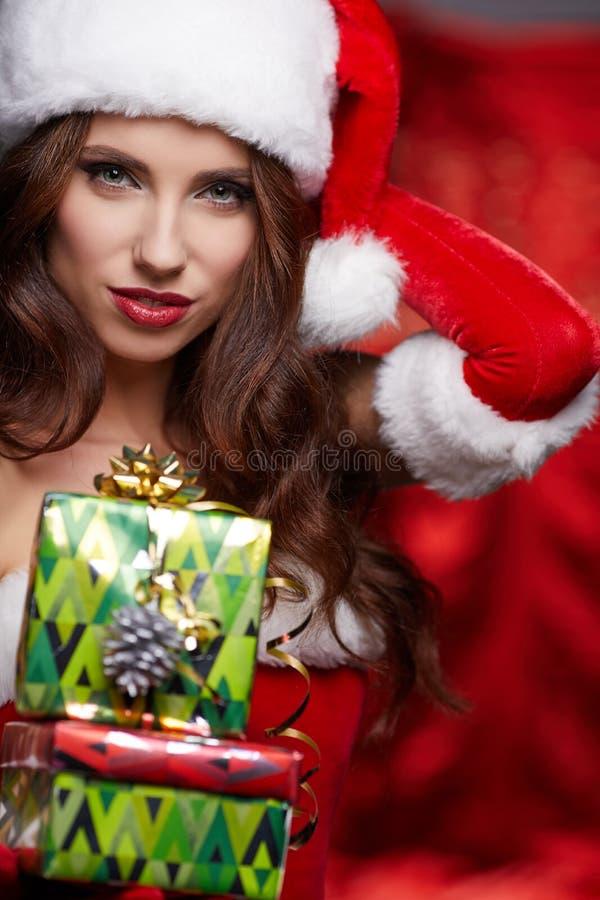 Morena do vintage do Natal com a caixa de presente, isolada no cinza Arrelia fotos de stock