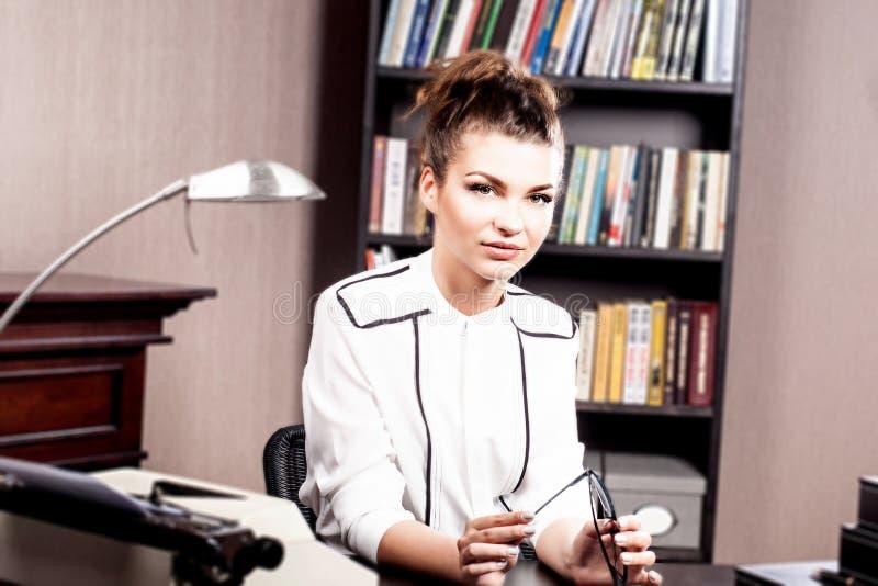 Morena elegante em seu escritório imagens de stock royalty free