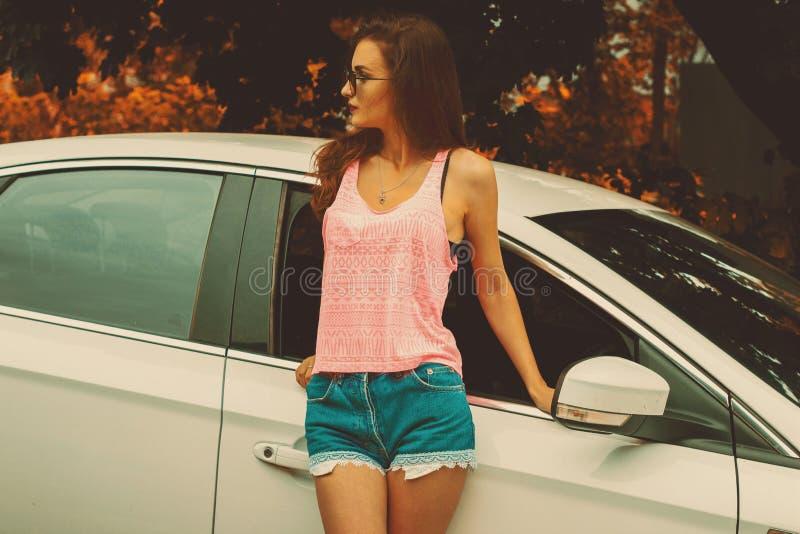 Morena elegante em um t-shirt cor-de-rosa fotos de stock royalty free
