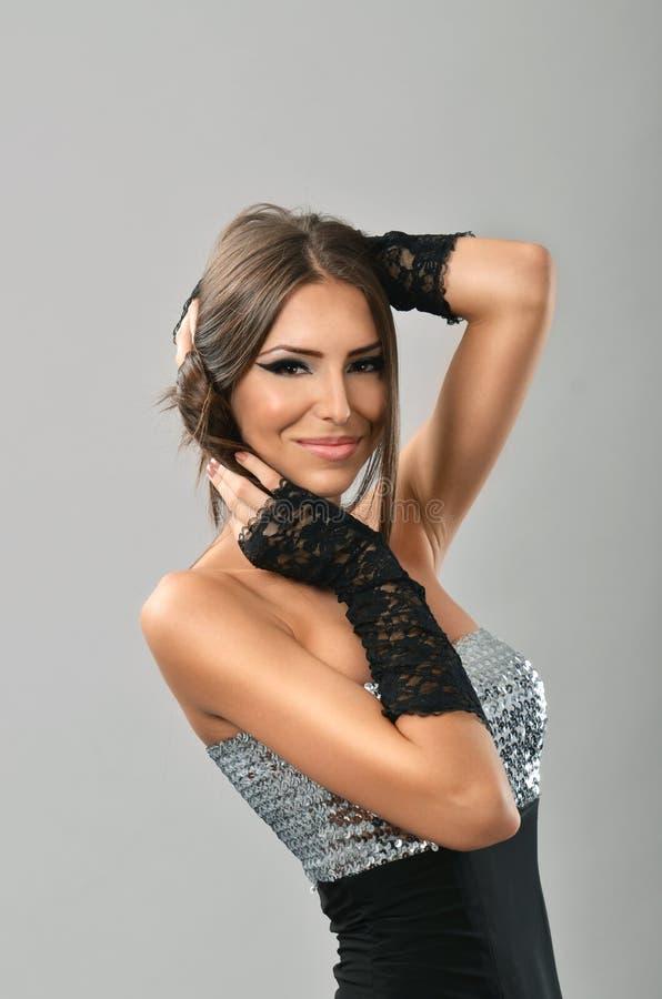 Morena glamoroso com mãos em seu cabelo foto de stock royalty free