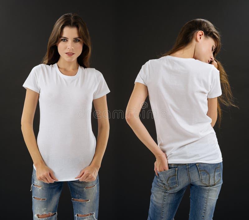 Morena impressionante com a camisa branca vazia fotos de stock royalty free