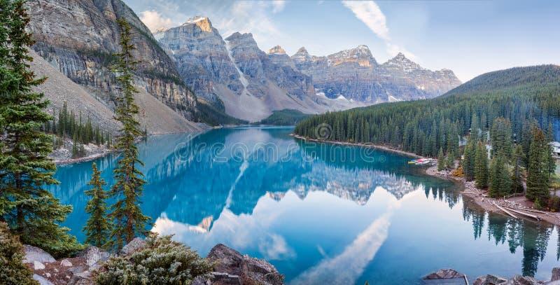 Morena jeziorny wschód słońca w Banff parku narodowym fotografia royalty free
