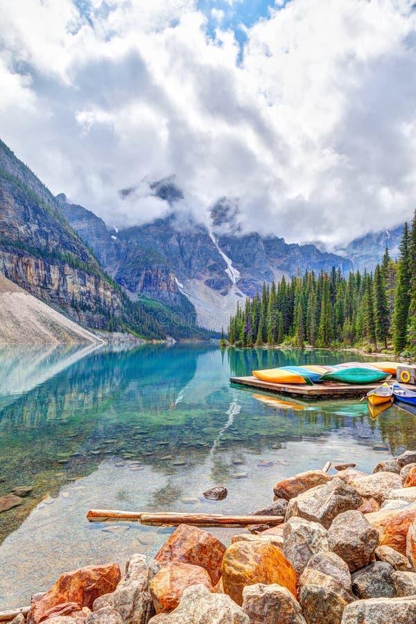 Morena jezioro przy Jeziornym Louise Blisko Banff w Kanadyjskich Skalistych górach zdjęcia royalty free