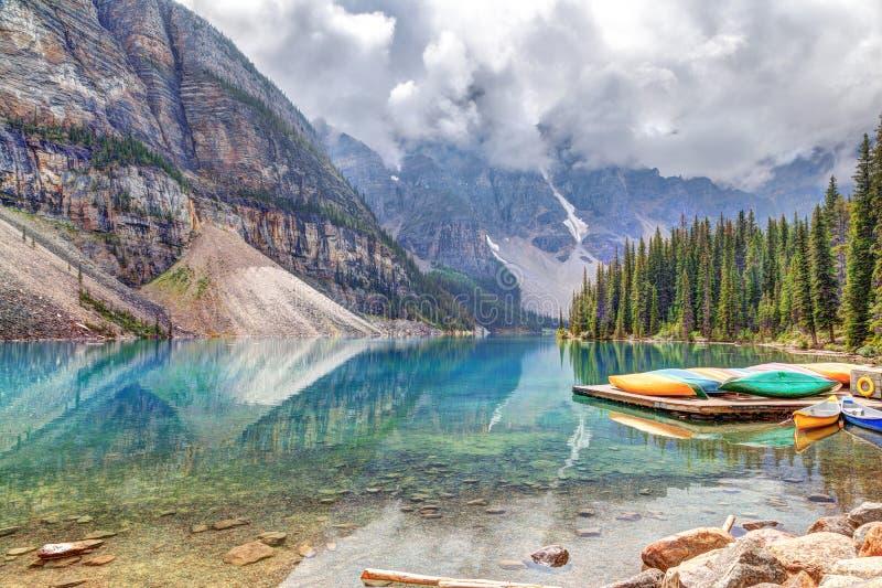 Morena jezioro przy Jeziornym Louise Blisko Banff w Kanadyjskich Skalistych górach fotografia stock