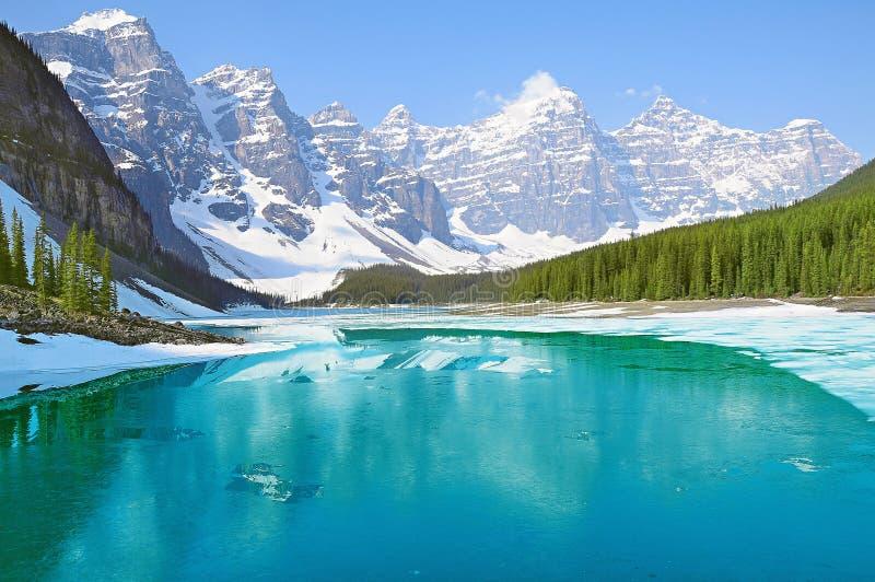 Morena jezioro przy ranek wiosny czasem zdjęcia royalty free