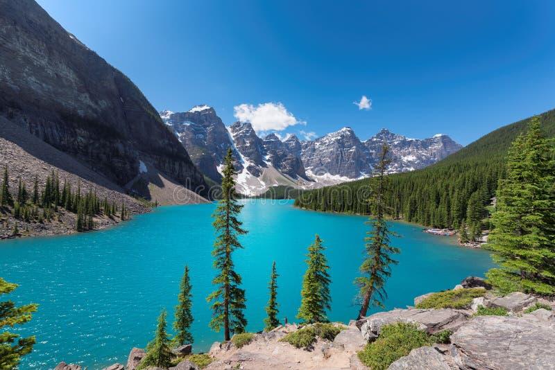 Morena jezioro przy słonecznym dniem, w Skalistych górach, Banff park narodowy, Kanada zdjęcia stock