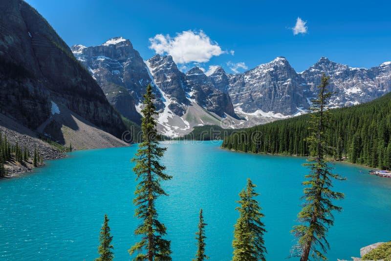 Morena jezioro przy słonecznym dniem, w Skalistych górach, Banff park narodowy, Kanada obrazy stock