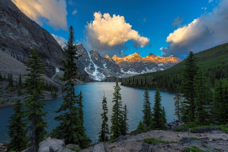 Morena jezioro przy wschodem słońca w Kanadyjskich Skalistych górach, obraz stock
