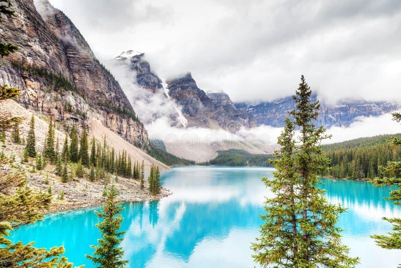 Morena jezioro w Jeziornym Louise Blisko Banff parka narodowego obrazy stock