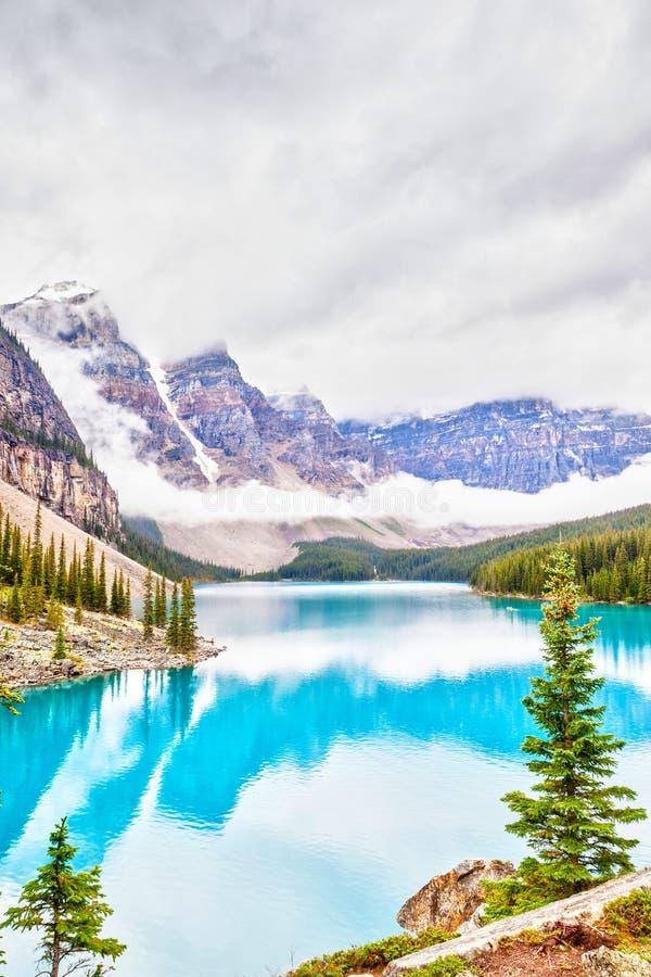 Morena jezioro w Jeziornym Louise Blisko Banff parka narodowego fotografia royalty free