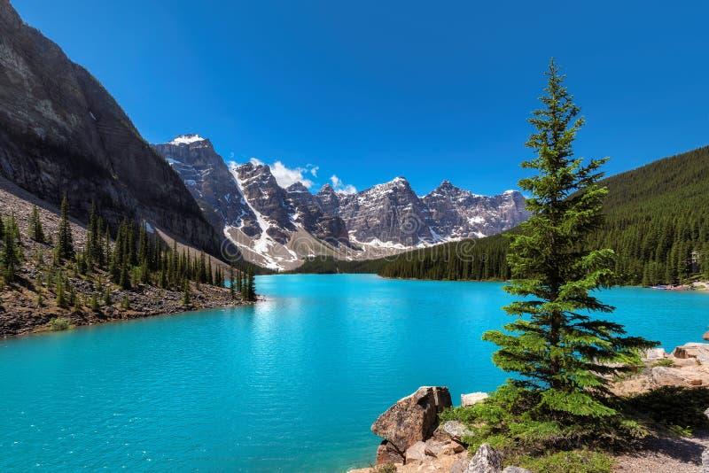 Morena jezioro w Kanadyjskich Skalistych górach, zdjęcie stock