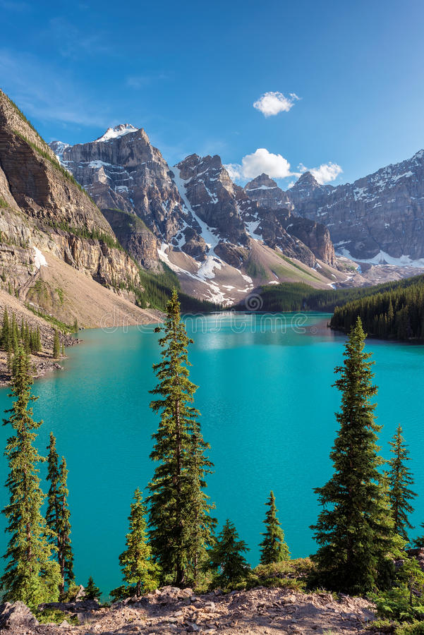 Morena jezioro w Kanadyjskich Skalistych górach, vertbcal fotografia royalty free