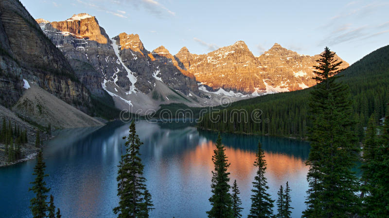 Morena jezioro w ranku świetle fotografia stock