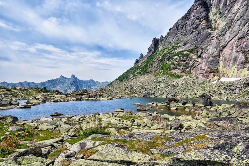 Morena jezioro w Syberyjskich średniogórzach zdjęcia stock
