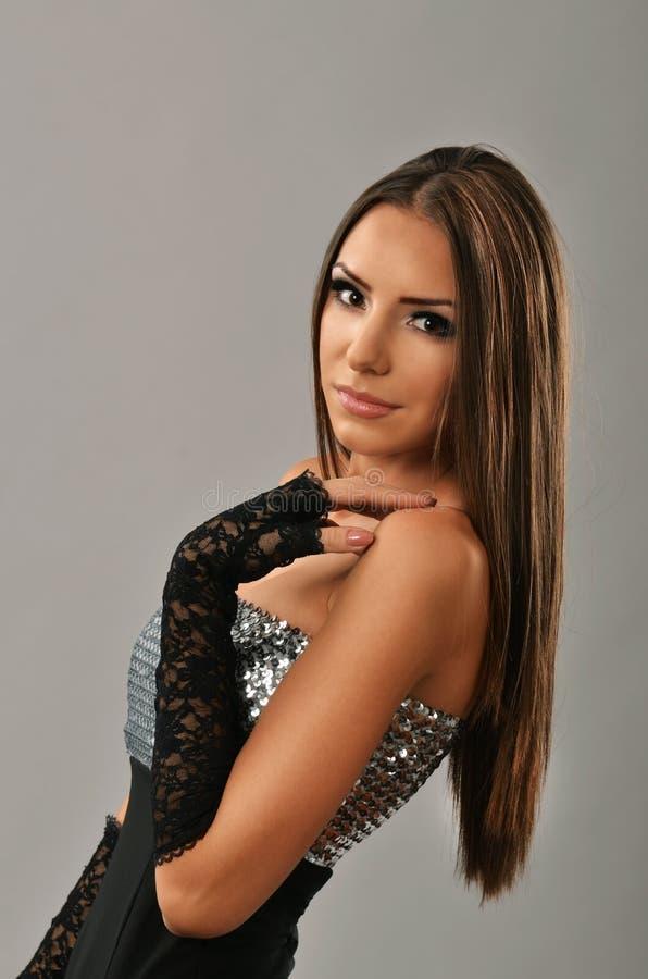 Morena lindo com mão em seu ombro fotografia de stock royalty free