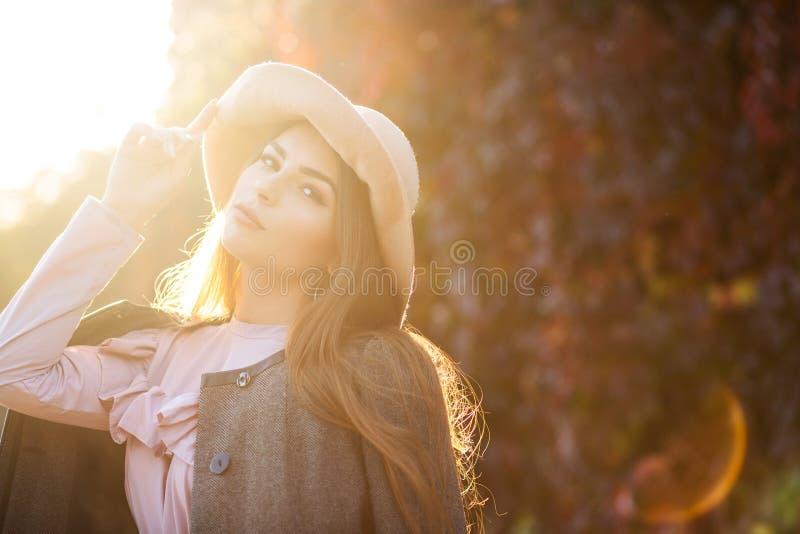 A morena luxuoso bronzeou-se o modelo com o chapéu vestindo da composição natural, foto de stock