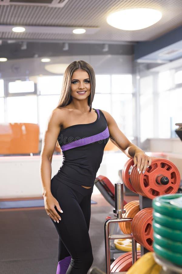 A morena magro 'sexy' em um gym dos esportes croppped o tiro fotografia de stock