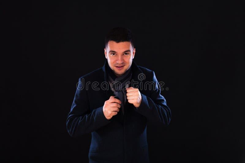 Morena masculina caucasiano nova com os olhos marrons no estúdio na imagens de stock royalty free