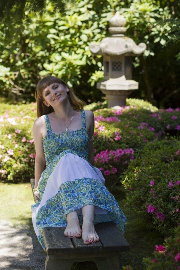 Morena no vestido branco verde imagens de stock royalty free