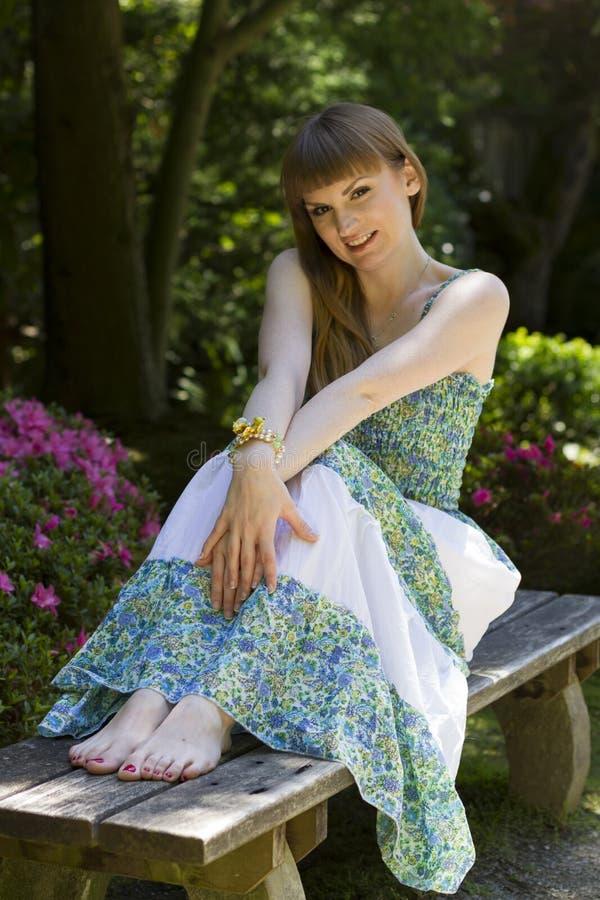 Morena no vestido branco verde fotografia de stock royalty free