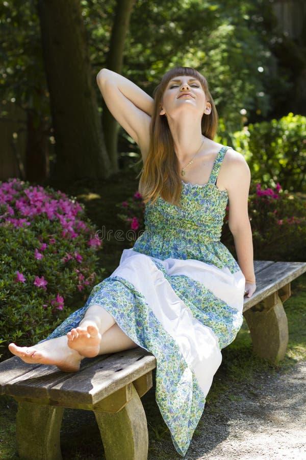 Morena no vestido branco verde fotos de stock royalty free
