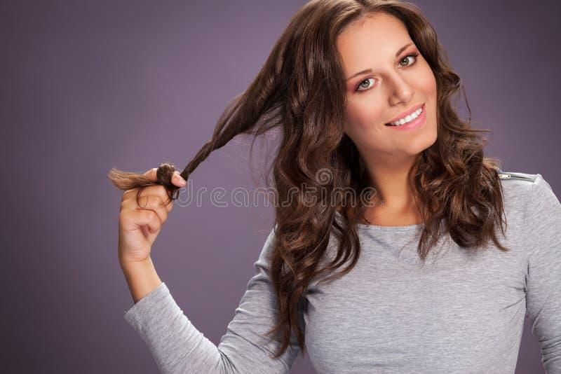 Morena nova bonita que puxa seu cabelo forte imagem de stock royalty free